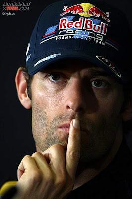 Марк Уэббер с пальцем у рта на пресс-конференции в четверг на Гран-при Испании 2011