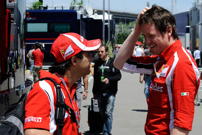 Фелипе Масса и Роб Смедли разговаривают и смеются в паддоке на Гран-при Испании 2011 в четверг