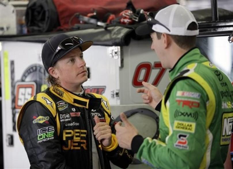 Кими Райкконен и Кайл Буш разговаривают в гараже на этапе NASCAR Truck Series в Шарлотте