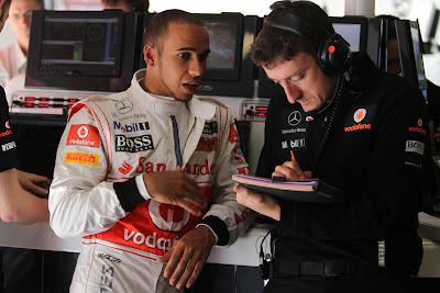 Льюис Хэмилтон разговаривает с инженером McLaren на Гран-при Испании 2011