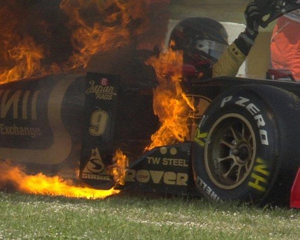 Ник Хайдфельд в горящем Lotus Renault на Гран-при Испании 2011