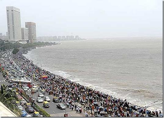 Mumbai Marine Drive crowded