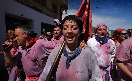 """La Batalla del Vino, 29 de junio, """"las vueltas"""" entrada y recorrido de las peñas por las calles de la ciudad,Rioja Alta, DOC La RiojaHaro, la Rioja,"""