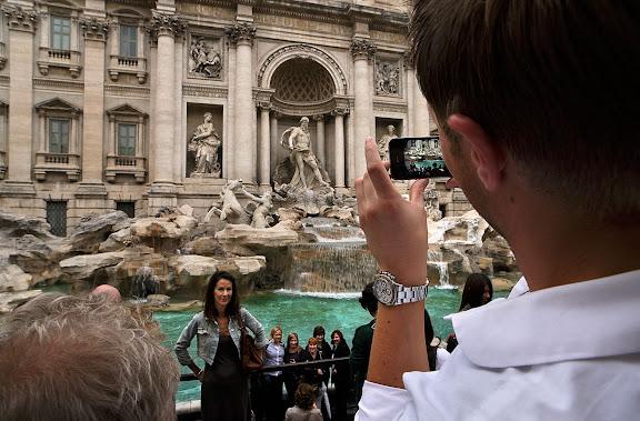 La Fuente de Trevi (Fontana di Trevi) es la mayor y más ambiciosa de las fuentes barrocas de Roma.Roma, Italia.