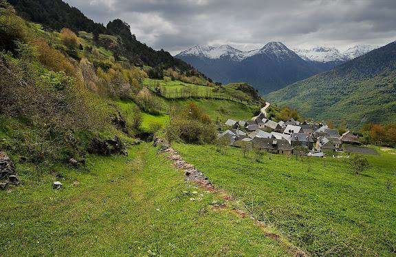 Camí vell d'Arres de Jos a Arres de Sus, camí de ferradura. Al fons, Arres de Jos. Ruta del Camin Reiau, GR 211 Arres, Val d'Aran, Lleida