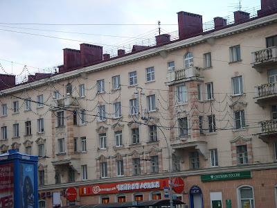 通りの上のいかりの電飾