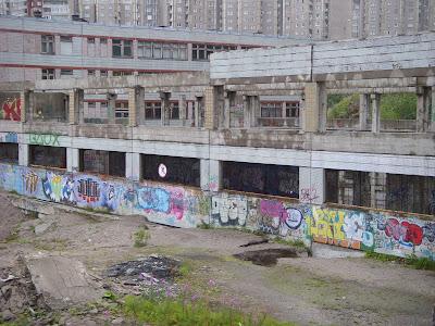 落書きだらけの建物と大きな穴