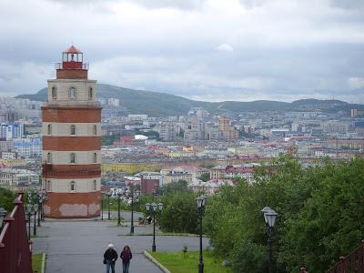 丘の上の灯台と街