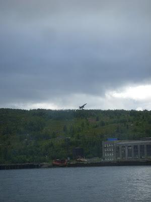 丘のてっぺんの戦闘機