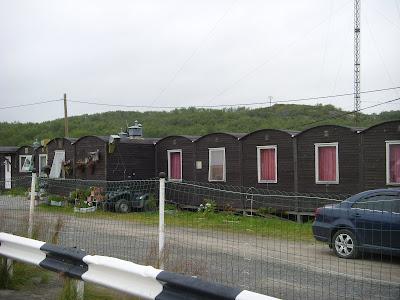 ドライブインに並ぶ小屋