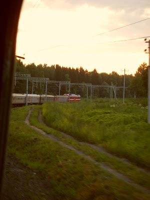 カーブを曲がる列車