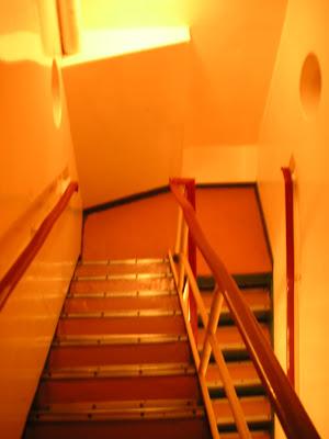 船底への階段