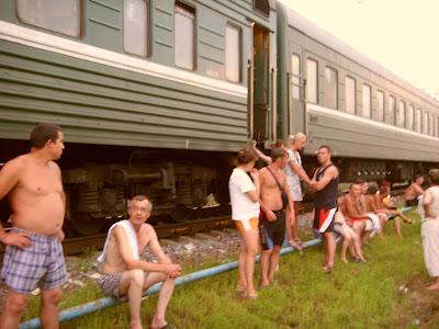 線路際で涼をとる乗客