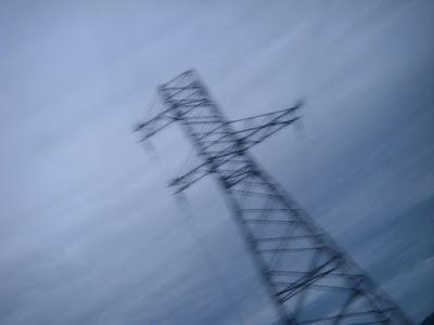 鉄塔と鉛色の雲