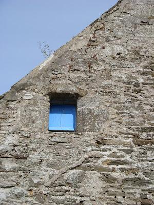 青いペンキで塗られた小窓