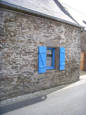 青いペンキで塗られた窓