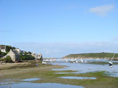 河口から見た町と岬