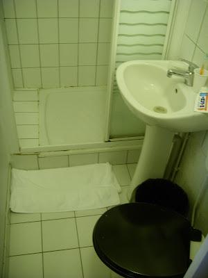 パリの宿のトイレとシャワー