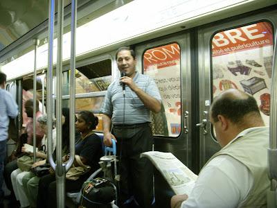 地下鉄車内でカラオケを歌うオッサン