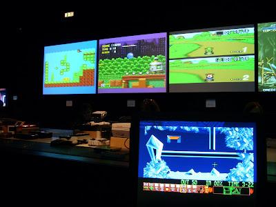 ゲームプレイを中継するモニター群
