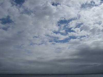 雲が切れた大西洋上の空