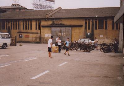 入国審査所前の広場