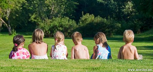 Barn i gräset