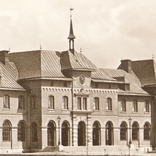 Uppsala cetralstation med en svart klocka