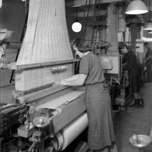 Kvinnor vid vävstolar, Upsala sidenväveri 1941