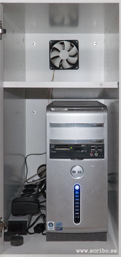 Skåp för datorn med nyinstallerad fläkt