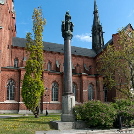 Jakob Ulvssons staty med Uppsala domkyrkan i bakgrunden