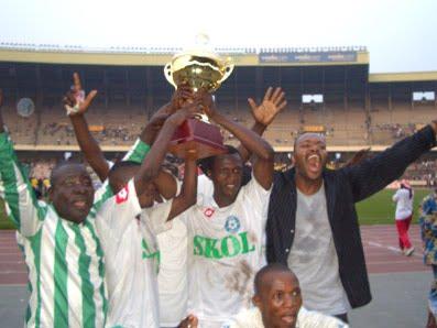 – Quelques joueurs du DCMP brandissant la coupe du Congo de l'édition 2009, gagnée à Bukavu