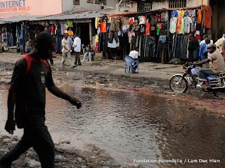 – Une rue inondée prêt de la Gombe, Kinshasa, 2010.
