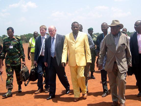 – Mwando Simba (en chapeau) et Roger meece (3e au premier plan de D à G) à Dungu, ce 18 mars 2011. (Ph. Basila)