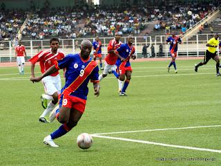 – En bleu rouge ballon au pied, l'international Congolais Trésor Lomana Lualua mène une action dans le camp adverse ce 27/03/2011, lors de la rencontre RDC-Ile Maurice (score 3-0) Okapi Ph.John Bompengo