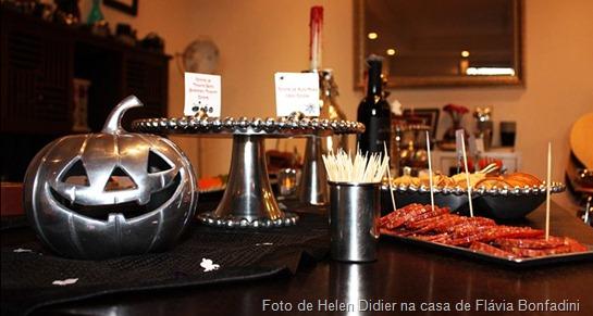 Mesa de Halloween decorada com peças em metal e mais um presente de