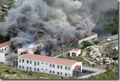 Au cours d'affrontements, le 18 février, entre immigrés et forces de l'ordre, un des quatre pavillons du Centre d'identification et d'expulsion de Lampedusa, en Italie, a été incendié. Photo Reuters/HO