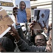 Une manifestation de réfugiés darfouris devant l'ambassade du Soudan à Londres (DR)