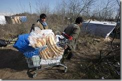 Des migrants dans la «jungle» de Calais le 30 mars 2009/Reuters / Pascal Rossignol