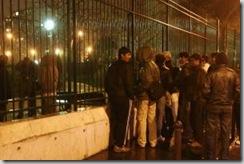 Des réfugiés afghans s'apprêtent à franchir les grilles du square Villemin à Paris le 26 mars 2009 pour aller dormir. Photo AFP, Joël Saget