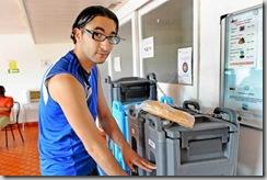 © ÉDOUARD CURCHOD | Comme beaucoup d'autres, Djamel – il se sert ici à boire pour accompagner son sandwich – aimerait se préparer lui-même à manger pour être autonome.