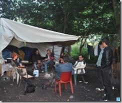 Le campement sommaire est composé d'une bâche tendue sur quelques tentes igloo. PHOTO « LA VOIX »