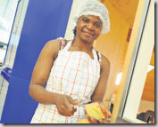 Janet, requérante d'asile, a choisi d'aider les jeunes du foyer.