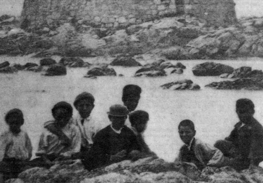 Detalle de los niños en prmer plano en la Foto de la Atalaia a principios del 1900