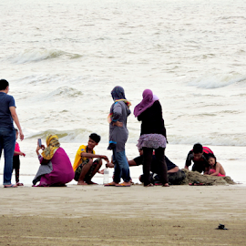 Playing with sands by Yusop Sulaiman - People Family