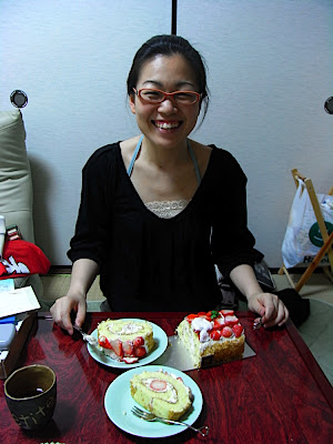 Ai comiendo tarta ケーキを食べる愛 Ai having some cake