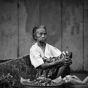 Expectation by Rah Juan - Black & White Street & Candid ( black & white, rah juan, candid, bali natural photoworks, people,  )