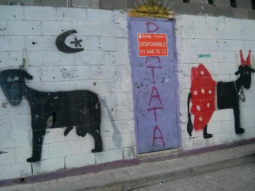 Arte En La Calle: El Toro, La Flamenca Y La Luna
