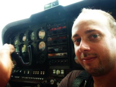 O senhor não me deixou brincar com o joystick... e eu que tenho tantas saudades dos meus jogos! E eu disse-lhe que sou um granda piloto no Warhawk, mas o raio do mexicano não me ligou pevas!