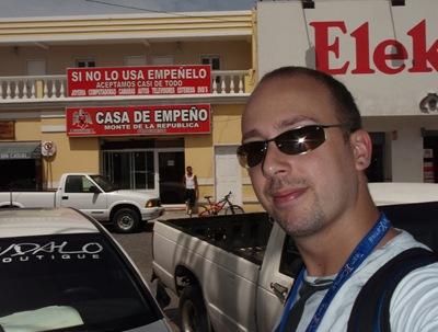 Perdido no México profundo. Em busca de um super mercado deparei-me com uma loja de penhores! Aceitam QUASE de tudo, como o cartaz indica.